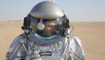 João Lousada, som har bakgrunn som operatør for romstasjonen ISS og som i ørkenen i Oman er analog astronaut, er avbildet med en nyutviklet romdrakt i Dhofar-ørkenen. (Foto: AP, NTB scanpix)
