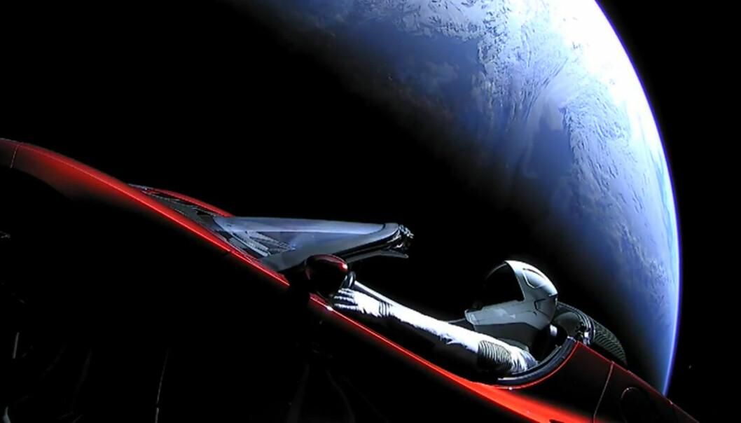 På vei fra Jorda ut mot banen til Mars og videre til asteroidebeltet. Dukken Starman kan havne som et ikonisk fotografi i historiebøkene. (Foto: Fra video publisert på YouTube av SpaceX)