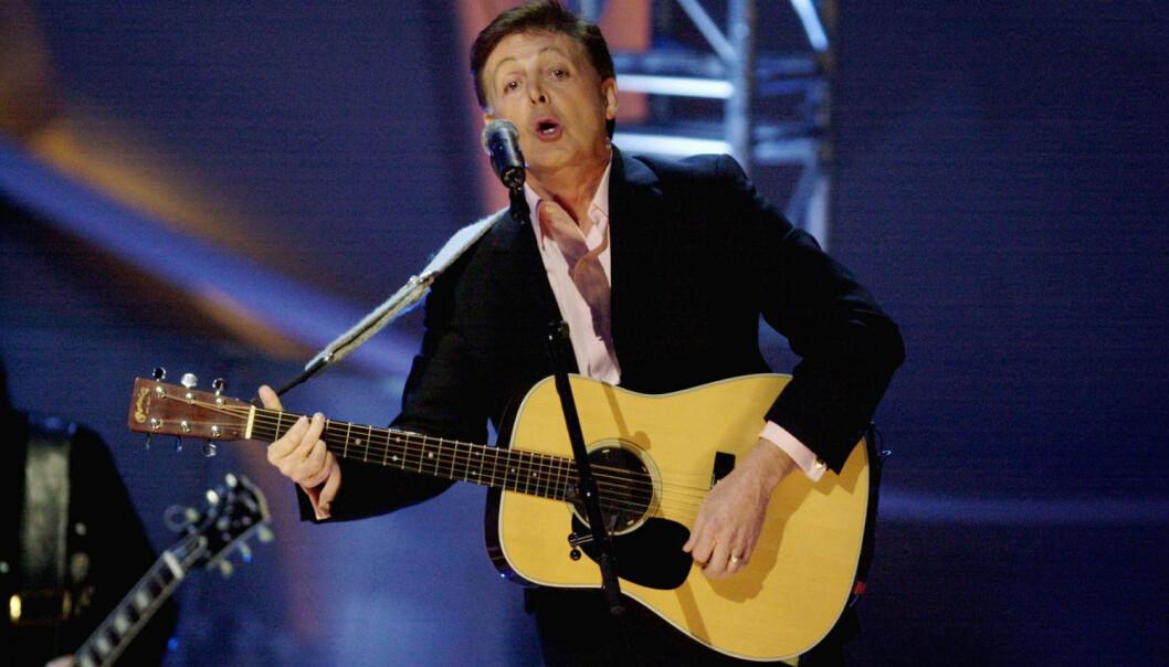 Paul McCartney var ikke noe dårligere menneske enn John Lennon selv om han holdt gitaren feil vei. Her fra Nobel-konserten i Oslo Spektrum i 2011. (Foto: Thomas Bjørnflaten, NTB scanpix)