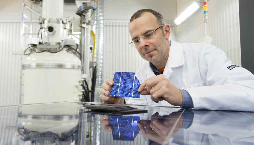 Her er forsker Martin Bellman i SINTEF fotografert i forbindelse med prosjektet EcoSolar. Her er målet å finne ut hvordan vi kan gjenbruke gamle solceller. (Foto: Thor Nielsen).