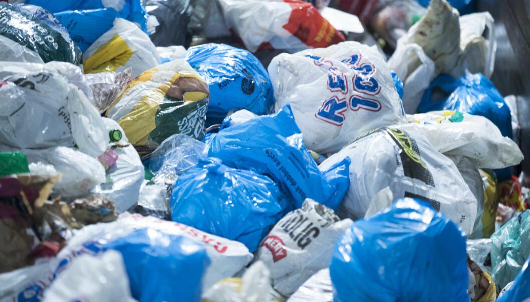 Plastavfall er blant annet bæreposer, ostepakker, poser, begre, bokser og flasker av plast.  Om lag 95 prosent av alle nordmenn har i dag tilbud om innsamling av plast, ifølge Grønt  Punkt Norge. Likevel havner antakelig 2/3 av all husholdningsplast i restavfallet. Her  fra Haraldrud gjenbruksstasjon i Oslo. (Foto: Terje Pedersen / NTB scanpix)