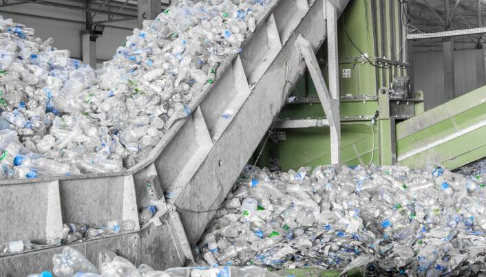 Hva skjer med plast som kastes eller resirkuleres?