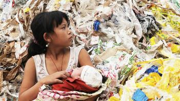 Dokumentarfilmen Plastic China har vunnet en rekke priser. Filmens hovedperson er 11 år gamle Yi-Jie. Kina har mottatt ti millioner tonn plastikkavfall fra utviklede land hvert år. Mange lavtlønnede kinesere, også mindreårige, jobber med å resirkulere denne plasten. Som kan dukke opp igjen som et nytt Kina-produsert leketøy her i Vesten. (Bilde fra filmen)