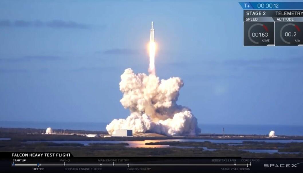 I lasterommet på raketten står en Tesla Roadster fra 2008, en av SpaceX- og Tesla-gründer Elon Musks private biler. I førersetet sitter en dukke ved navn Starman, iført hvit romdrakt, mens David Bowies «Space Oddity» er en av låtene på bilens spilleliste. (Foto: SpaceX)