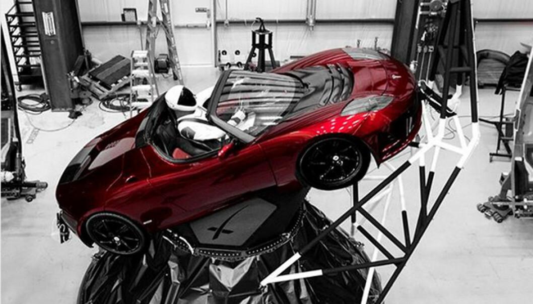 En mørk kirsebærrød Tesla Roadster er ballast på den første prøveoppskytningen av SpaceX Falcon Heavy, raketten som for første gang siden tidlig 1970-tall har kraft til å løfte mennesker til Månen, Mars og andre planeter. (Foto: Elon Musk, Instagram)
