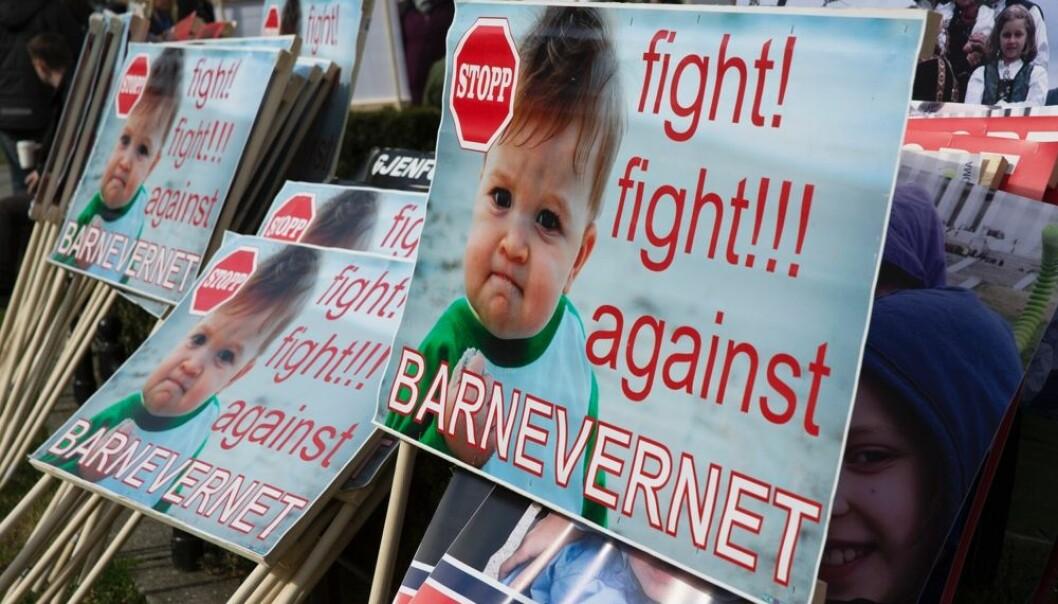 I 2016 samlet demonstranter seg utenfor Stortinget for å vise sin motstand mot det norske barnevernet. Nå forsøker forskere å finne ut hvordan barnevernet begrunner sine vedtak om å frata en familie sitt nyfødte barn. (Foto: Ole Berg-Rusten / NTB Scanpix)