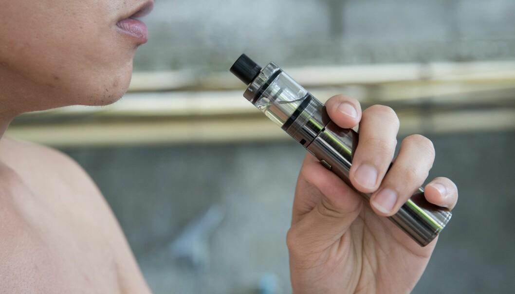 En ny studie tyder på at smaksstoffer i e-sigaretter kan være skadelig å puste inn. UiO-professor Kristian Gundersen mener metodene gjør at virkningen på mennesker ikke kan slås fast. Men studien er høyst aktuell i Norge akkurat nå. Myndighetene skal bestemme seg for om smaksstoffene i e-sigaretter skal reguleres og hvordan. (Foto: Colourbox)