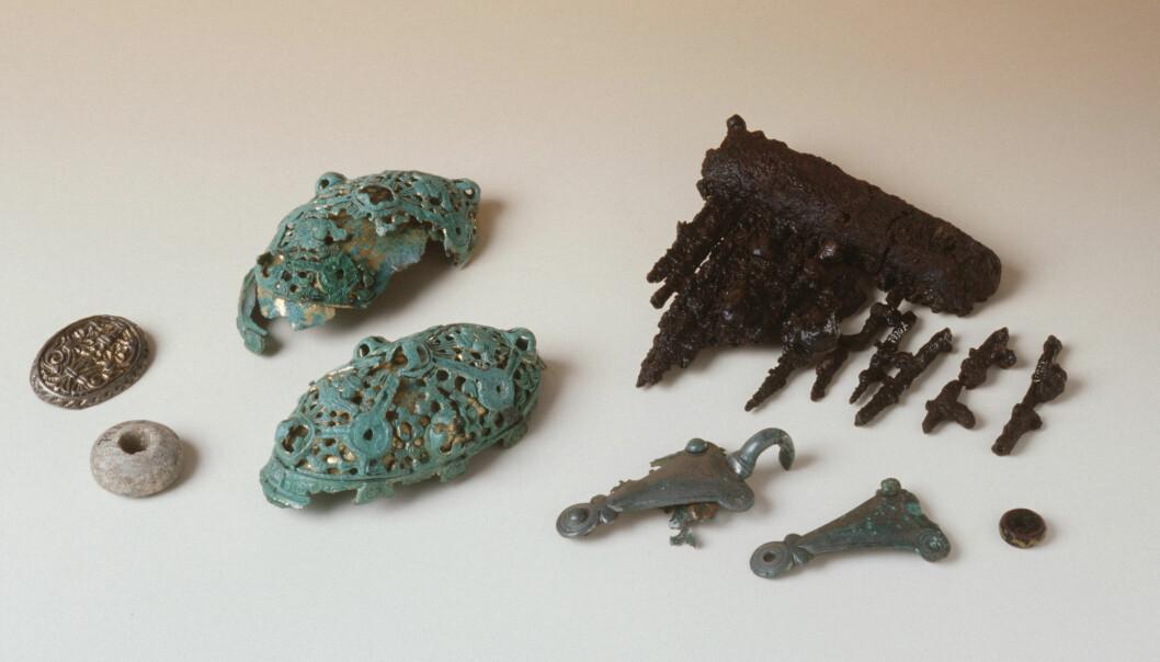 De fugleformede beslagene og de skålformete spennene til vikingkvinnen fra Litle Eige. (Foto T. Tveit, Arkeologisk museum, Universitetet i Stavanger)