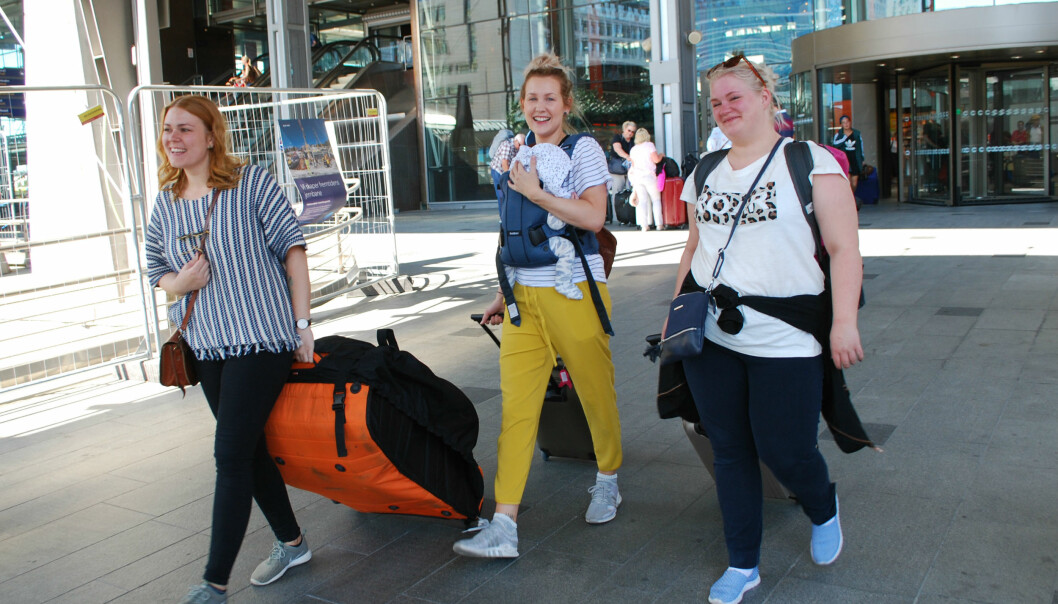Kamilla Foss, Iselin Evensen og Silje Antonsen på vei til flyplassen for å reise hjem til Harstad. (Foto: Marte Dæhlen)