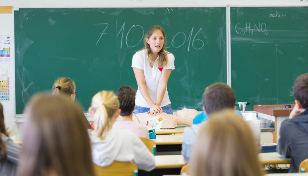– Det har vært flere kampanjer rettet mot skoler og befolkningen generelt for at de skal lære førstehjelp, men de har ikke hatt ønsket effekt, forteller forsker. Nå skal Sintef forsøke å finne den beste måten å lære bort førstehjelp til skolebarn. (Illustrasjonsfoto: Shutterstock / NTB Scanpix)