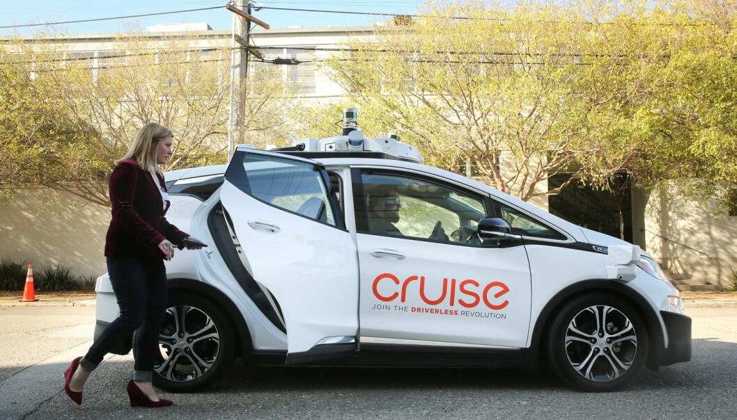 Forskere regner med at innen 2025 vil cirka én prosent av alle biler kunne holde farten, bremse, gjøre forbikjøringer og parkere selv, uten at sjåføren trenger å gjøre noe som helst. Her tester en kvinne ut den førerløse bilen Chevy Bolt EV i San Francisco.  (Foto: Reuters / NTB Scanpix)