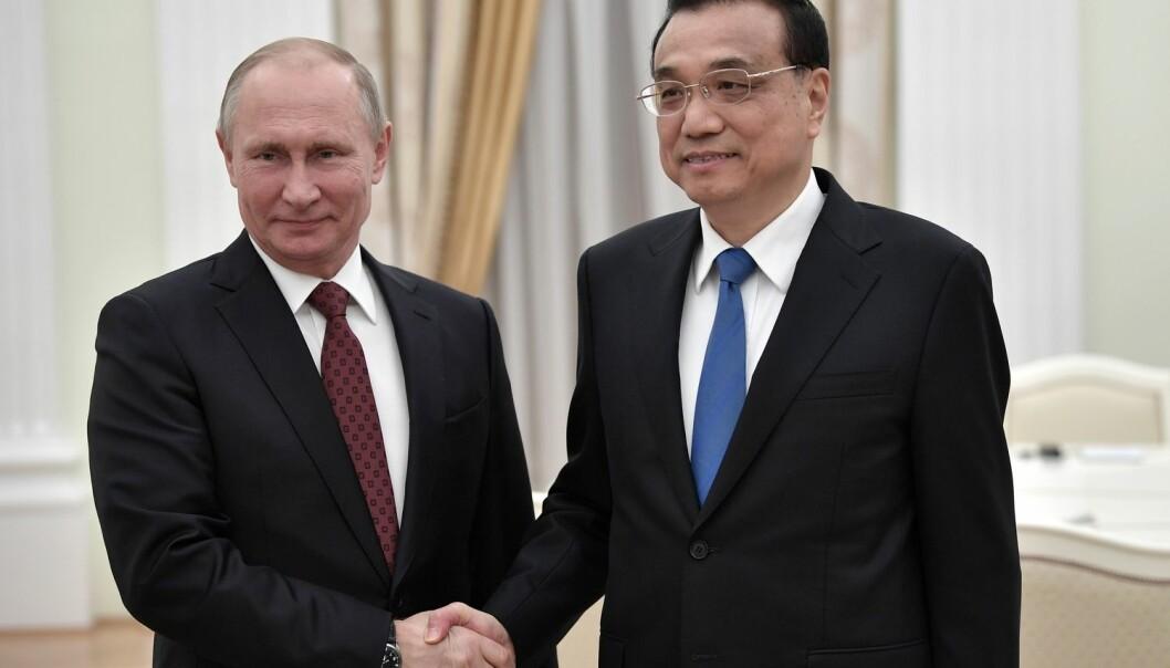 I kjølvatnet av annekteringa av Krim lata det til at Russland og Kina hadde funne tonen. Betyr dette at dei vender ryggen til Vesten? Her møter den russiske presidenten Vladimir Putin Kinas statsminister Li Keqiang i november 2017. (Foto: Reuters / NTB Scanpix)