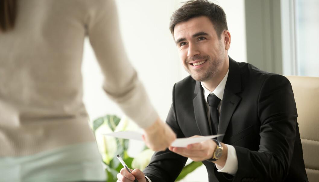 Flere studier viser at ledere ofte har narsissistiske trekk og kan bli rammet av overmot. Makt burde vært merket med advarsel mot slike bivirkninger, mener biolog Dag O. Hessen.  (Foto: Shutterstock)