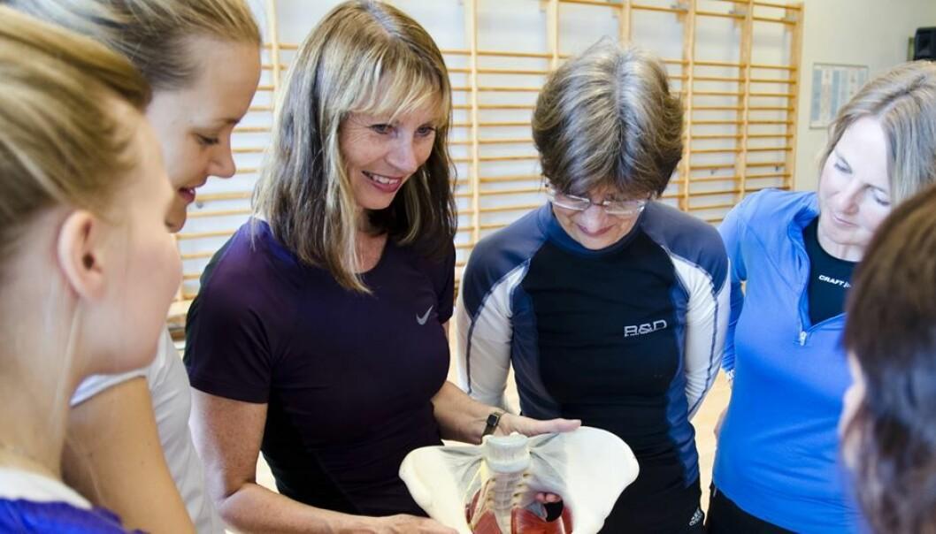 Professor Bø viser hvordan man kan trene bekkenbunnsmusklene (Foto: NIH)