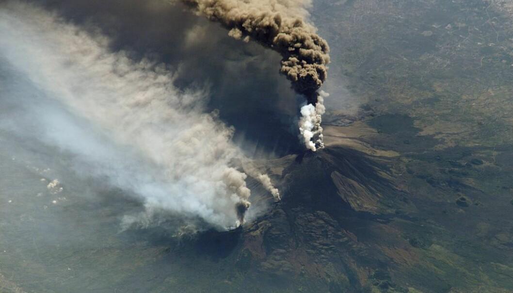 Etnas utbrudd 30. oktober 2002. Geologen Carlmelo Ferlito mener en del av gassen som Etna slipper ut under et utbrudd, stammer fra vann og ikke magma. (Foto: NASA)