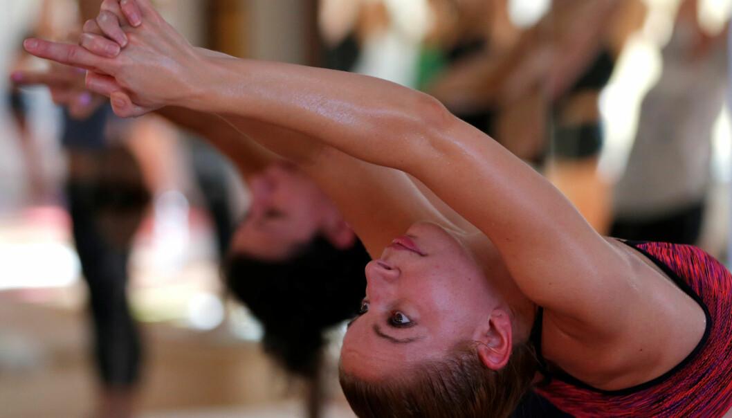 Forskere har sammenlignet en gruppe som trente vanlig yoga med andre som trente yoga i varme rom. Den siste gruppen fikk betydelig mindre kroppsfett. Ellers fant forskerne ingen indre forskjeller i helseeffekt. (Foto: Laszlo Balogh/Reuters/NTB Scanpix)