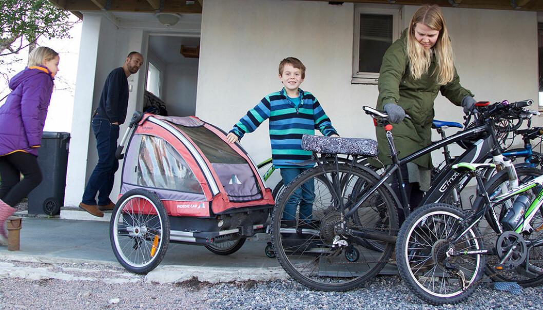 Eyvind Danielsen (41), Olea (10), Iver (7) og Kjerstin Breistein Danielsen (35) prøver å begrense forbruket sitt. De har solgt bilen, og sykler nå stort sett over alt. (Foto: Christine Gulbrandsen)