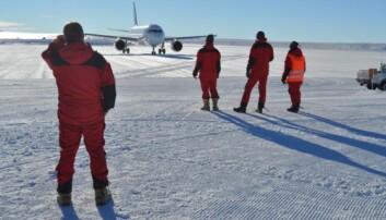 """Syv kilometer fra forskningsstasjonen ligger flystripen Troll Airfield, som er i drift i """"sommersesongen"""" fra oktober til februar. Denne dagen var landingsforholdene gode, det er ingen selvfølge.  (Foto: Foto: Wojciech Jacek Miloch/UiO)"""