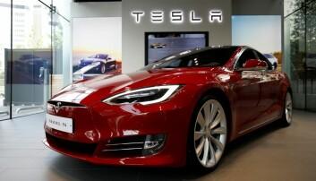 I 2017 gikk salget av Tesla opp med 143 prosent, melder Dagens Næringsliv. Dette er godt nytt for miljøet, men ikke for andre trafikanter. Elbilene er i gjennomsnitt 10–25 prosent tyngre enn bensin og dieselbiler i samme kategori. De gir altså bedre beskyttelse for de som sitter i bilen, men utgjør en større risiko for dem de møter i kollisjoner. – Hvis biler bare blir tyngre og tyngre, blir de stadig farligere, sier trafikkforsker.  (Foto: Kim Jong-ji, Reuters, NTB scanpix)