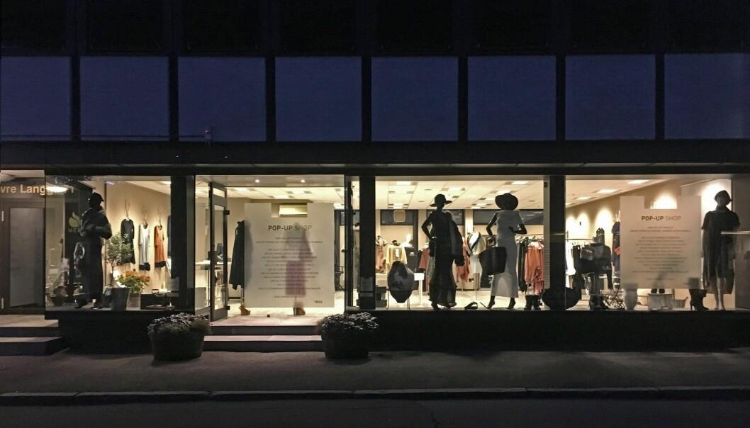 - Kundene ønsker det spesielle, og er villige til å strekke seg lenger når de handler spesielle klær, enn hva gjelder spesiell mat, skriver Birgit Andrine Apenes Solem. Som en del av forskningen sin satte hun og de andre forskerne opp en egen pop-up-butikk i Tønsberg sentrum i 2017. (Foto: Høgskolen i Sørøst-Norge)