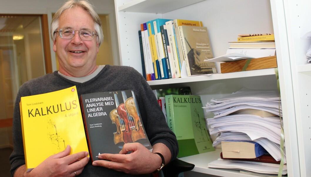 Professor Tom Lindstrøm skriver lærebøker i teoretisk matematikk, og på fritida jakter han på skjønnlitteratur med matematisk tilsnitt. (Foto: Bjarne Røsjø)