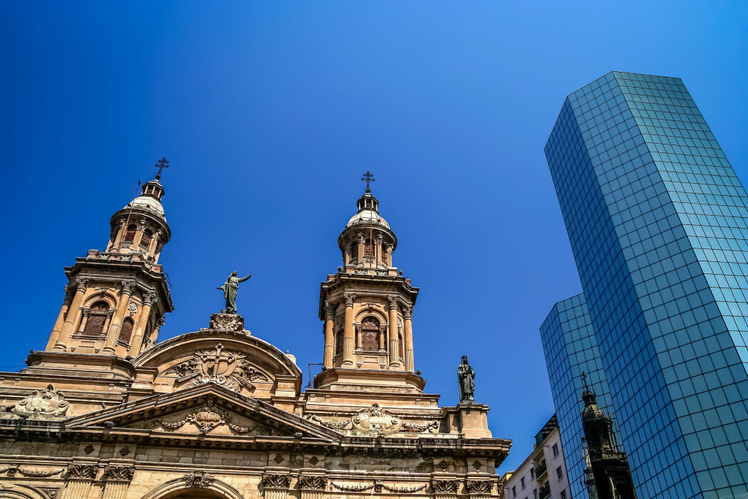 I Santiago i Chile har katedralen havnet i skyggen av moderne kontorbygg. (Foto: Shutterstock / NTB scanpix)