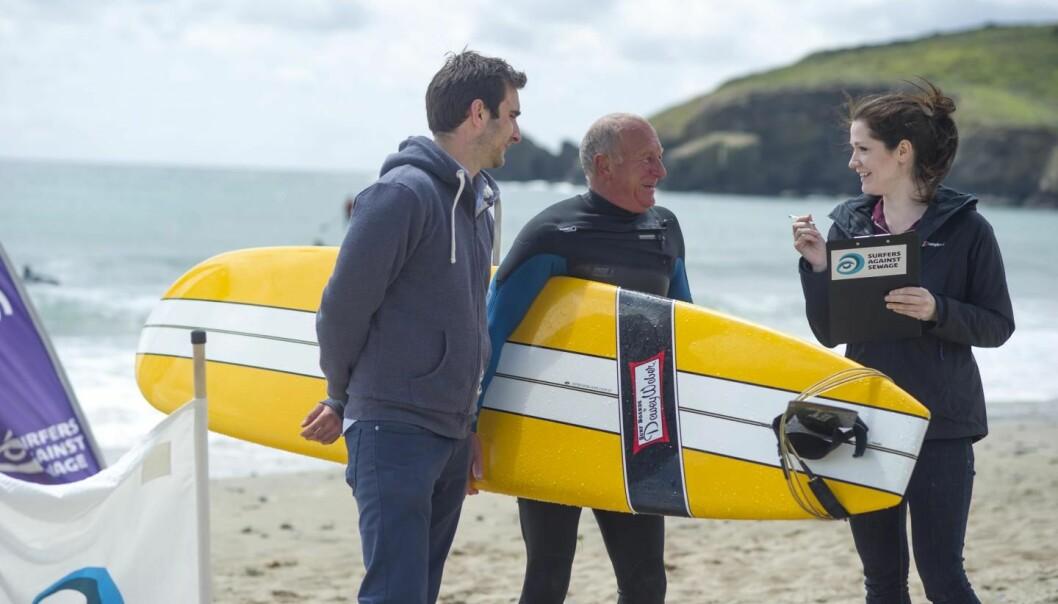 Dr. Anne Leonard ved Universitetet i Exeter intervjuer surfere ved stranden i Cornwall, Storbritannia. Hun fant tre ganger mer E.coli-bakterier hos iherdige surfere som hos vanlige svømmere.  (Foto: Universitetet i Exeter)