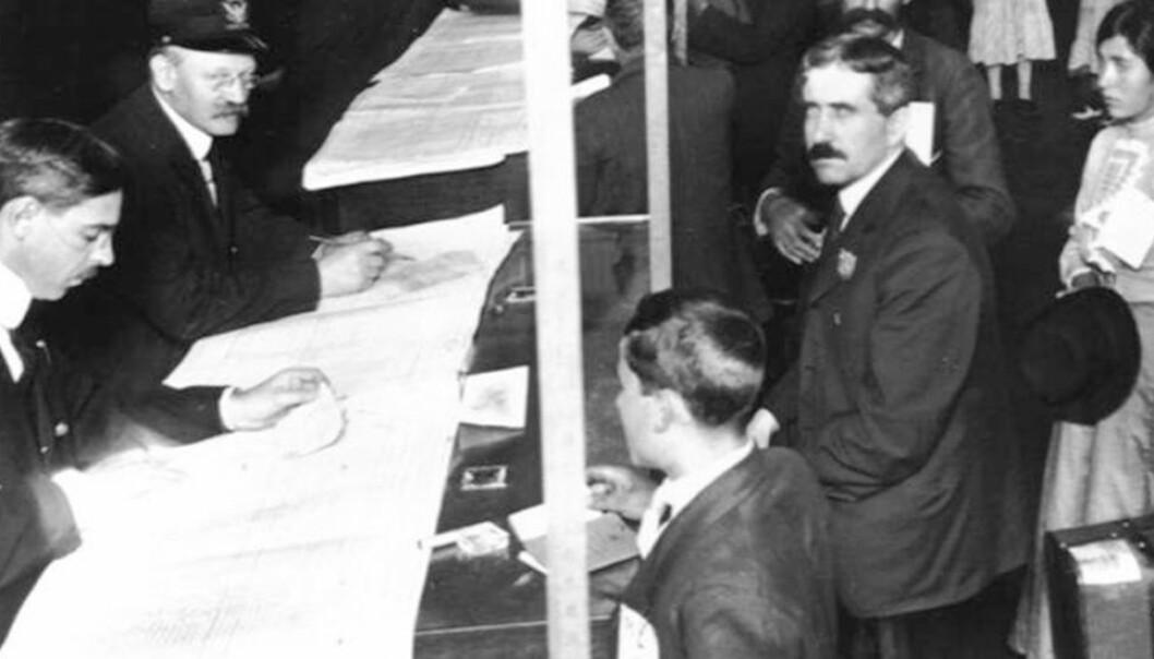 Jo mer ikke-engelsk navn immigrantene hadde, desto større var sjansen for at de byttet navn. Disse immigrantene har passert helsetesten på Ellis Island i New York. (Foto: US National Park Service)