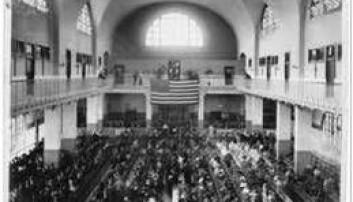 Flere enn 12 millioner immigranter kom til kontrollen på Ellis Island i årene 1892 til 1954. Her den store hallen der de ble kontrollert. (Foto: US National Park Service)