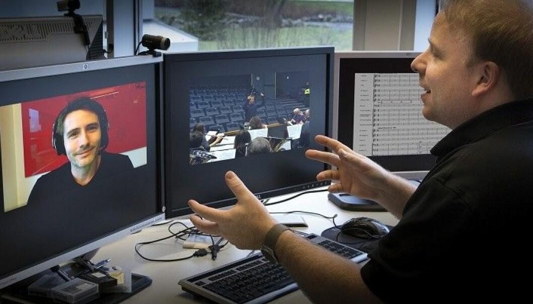 Fakultet for utøvende kunstfag ved Universitetet i Stavanger får over fire millioner kroner i EU-midler til å utvikle digitale læringsressurser og nettbaserte dirigentstudier. Her underviser Morten Wensberg underviser student over nett. (Foto: Universitetet i Stavanger)