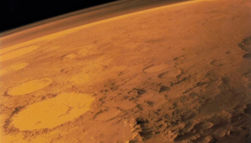 Overflaten på Mars. En lite, tynt lag med atmosfære kan såvidt skimtes. (Bilde: NASA)