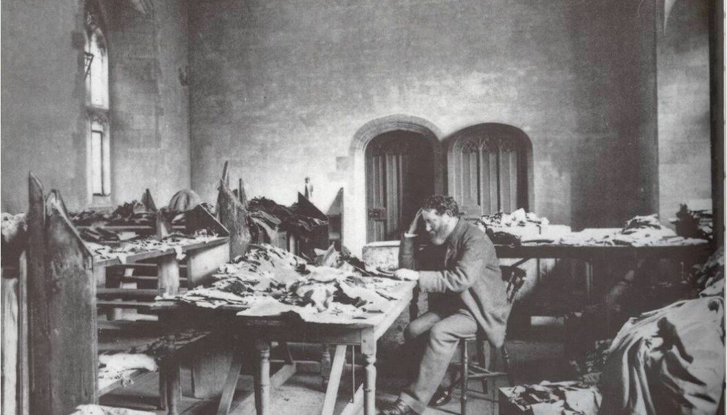 For vel hundre år siden ble verdens største samling av manuskripter funnet i en gammel synagoge i Kairo. Solomon Schechter studerer manuskriptene i biblioteket på universitetet i Cambridge, hvor de fleste originalene befinner seg også i dag. (Foto: University of Cambridge)