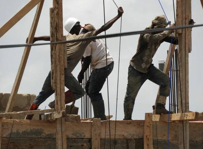 Ghana holder seg til EITI, men korrupsjon er fremdeles et problem i landet. Her arbeidere i Accra. (Foto: Shutterstock / NTB Scanpix)