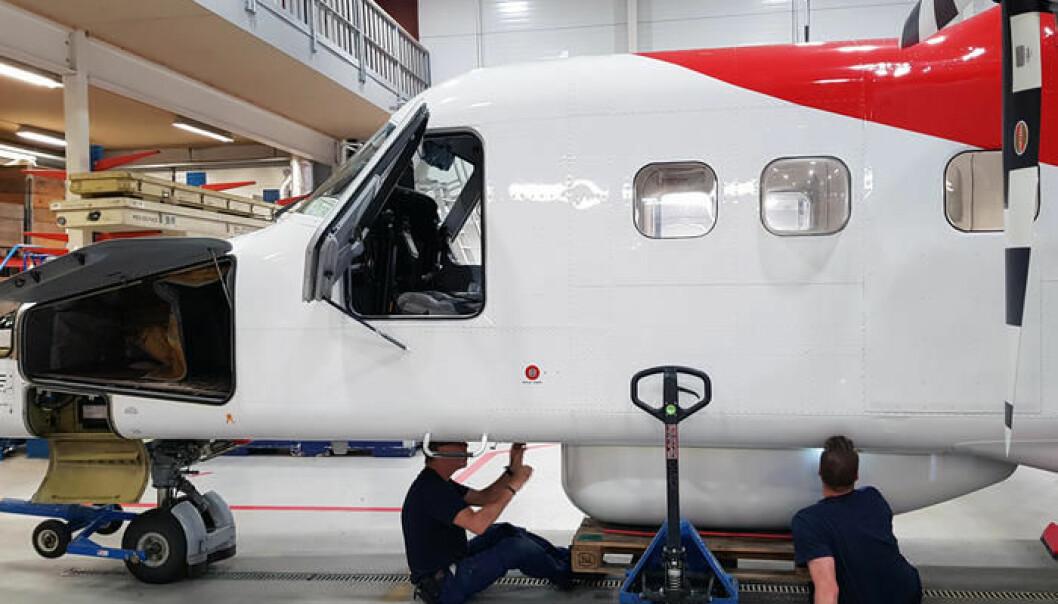 Det er full aktivitet i en hangar ved Tromsø lufthavn. Verkstedutstyr og en gruppe flymekanikere er flydd inn fra Stockholm for å montere utstyret ombord i Lufttransport sitt 19-seters passasjerfly. (Foto: Rannveig H. Stiberg)