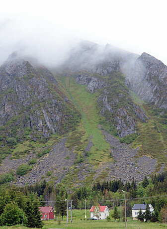 «Du bur under bergefall. og du veit det», skrev lyrikeren Olav H. Hauge i en skildring av bosetterne under bratte fjell. Ingen steder passer diktet bedre enn i Lofoten. (Foto: NGU)