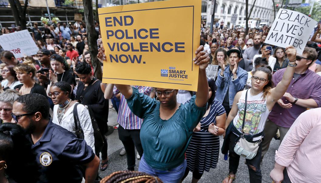Protester i den amerikanske byen Pittsburgh etter at 17 år gamle, afroamerikanske Antwon Rose ble skutt av politiet 19. juni i år. Politiet dreper svarte mennesker oftere enn hvite, og drapene kan bli en belastning for langt flere enn de nærmeste pårørende. (Foto: Keith Srakocic/AP/NTB scanpix)