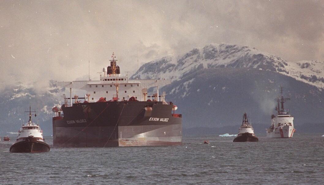 Etter at oljeskipet Exxon Valdez gikk på grunn i Alaska i 1989, ble økonomer bedt om å vurdere erstatningsgrunnlaget. I det norske klimasøksmålet ble økonomer kalt inn som eksperter. Men kan de gi et entydig svar? (Foto: APPhoto / NTB Scanpix)
