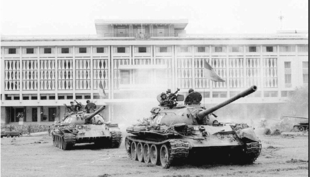 Selv om vi ikke har hatt mange mellomstatlige kriger siden 1945, har vi sett flere internasjonaliserte konflikter. Dette er betegnelsen på konflikter som begynner internt i et land, men som eskalerer når en eller flere utenforstående stater blander seg inn og støtter den ene parten. Vietnamkrigen på 1960-tallet er et typisk eksempel på dette. Bildet er fra 30. april 1975, da nordvietnamesere tok presidentpalasset i den vietnamesiske hovedstaden Saigon. (Foto: Reuters / NTB Scanpix)