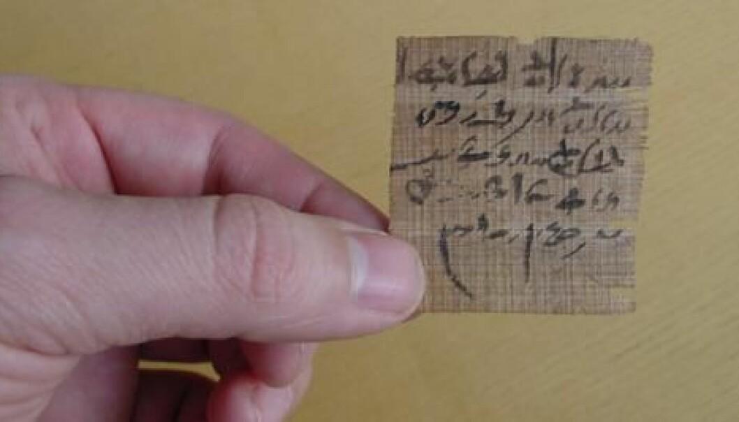 Denne lille lappen med papyrus er trolig en form for «orakelspørsmål». Framgangsmåten har vært at man har skrevet ned to utfall av en situasjon og bedt gudene om å peke på den som inneholdt svaret på spørsmålet. (Foto: The Papyrus Carlsberg Collection/Københavns Universitet)