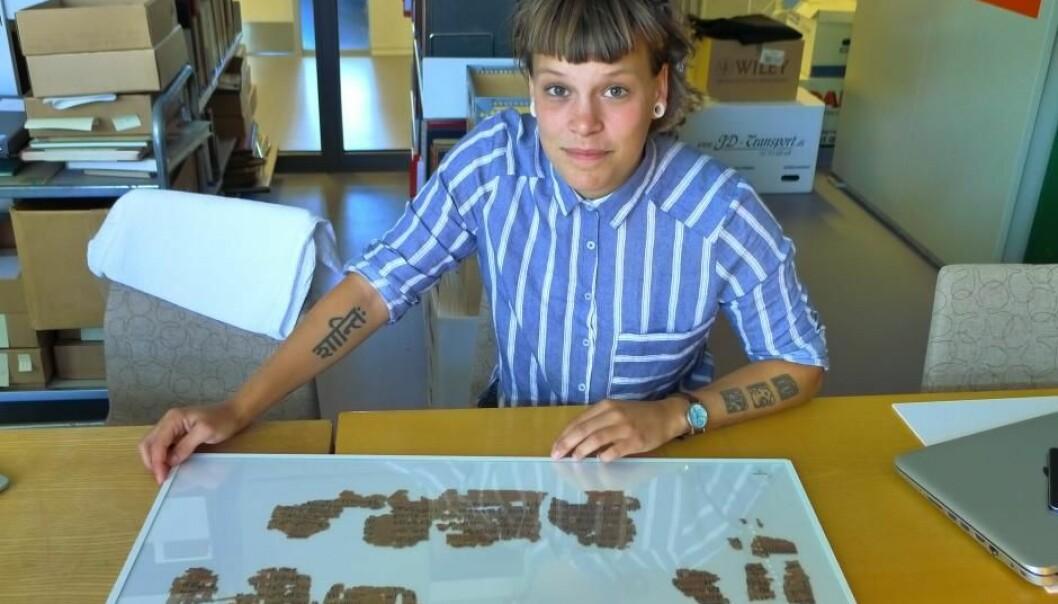 Sofie Schiødt foran sin medisinske papyrus ved Københavns Universitets papyruslesesal. (Foto: Mikkel Andreas Beck)