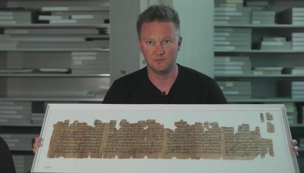 Fredrik Hagen med en av verdens eldste litterære tekster. Teksten stammer from omkring år 1500 f.Kr. (Foto: videnskab.dk)