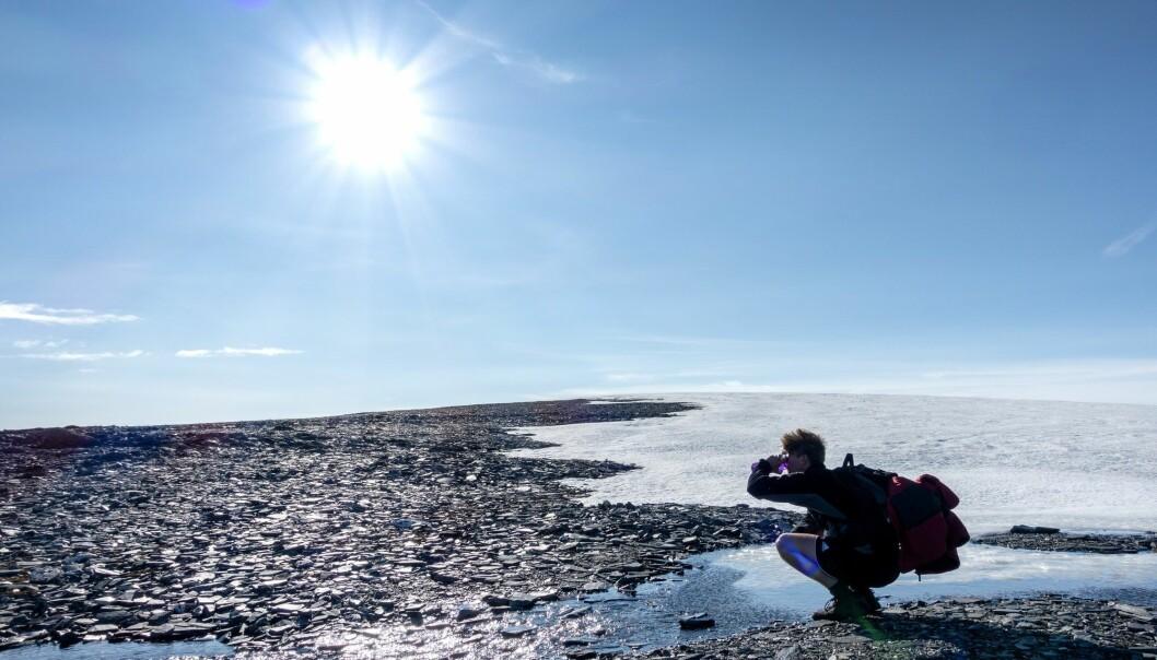 Mann på Blåhøa i Oppdal kommune som drikker isvann. (Illustrasjonsfoto: Gorm Kallestad, NTB scanpix)