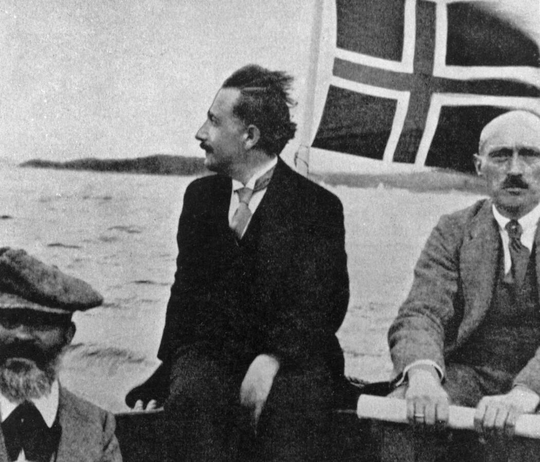 I 1920 holdt Albert Einstein gjesteforelesning for en fullsatt Aula i Oslo. Senere var han på en tur med Geologisk Museums motorbåt, her mellom professorene J.H.L. Vogt og Jacob Shetelig. (Foto: Halvor Rosendahl, Aftenposten, NTB Scanpix)