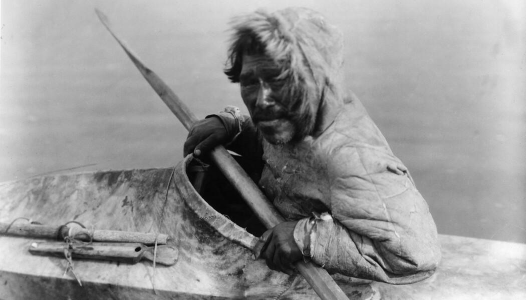 En inuit i Alaska, avbildet i 1929. Dette er moderne mennesker som har tilpasset seg et ekstremt miljø. (Bilde: Edward Curtis)
