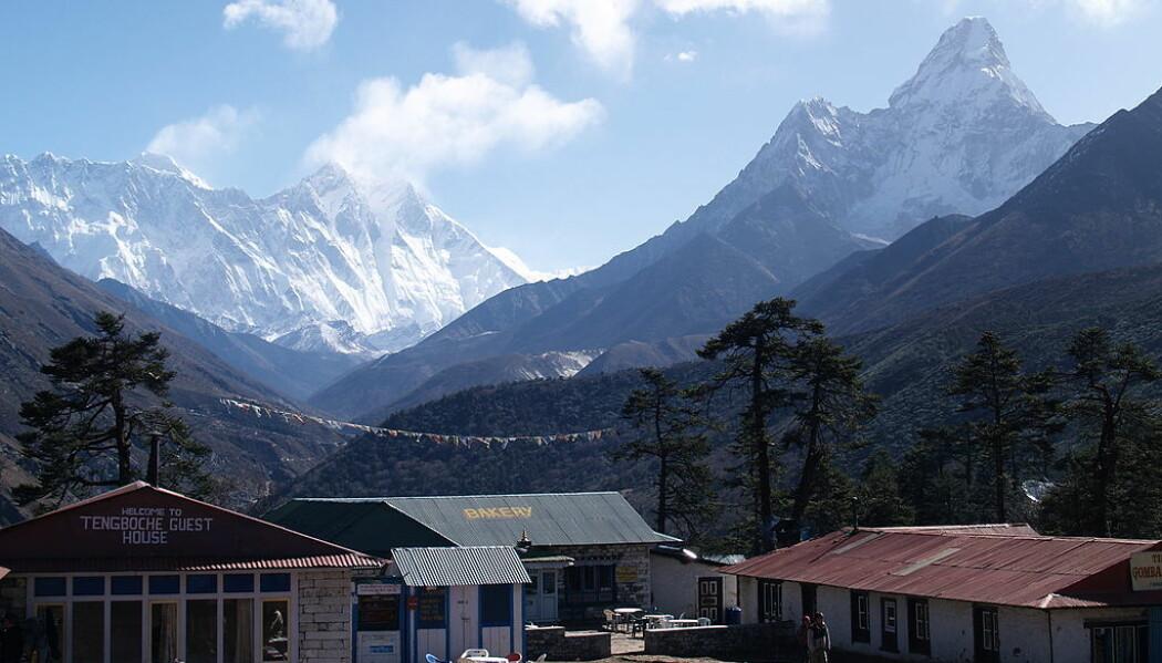Landsbyen Tengboche i Nepal, mount everest er til venstre i bildet. Det ligger rett ved det Tibetanske platået, hvor det har bodd folk i flere titusenvis av år. Platået har en gjennomsnittelig høyde på 4500 meter. (Bilde: Shicks/CC BY 2.0)