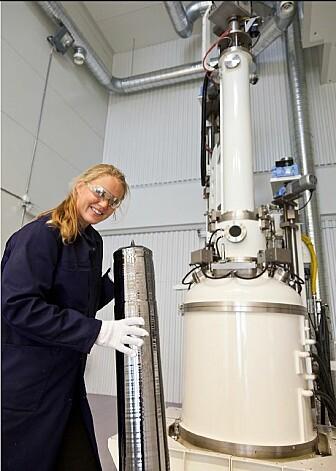 Solcelleforsker Birgit Ryningen i Sintef viser fram en monokrystall. (Foto: Sintef)