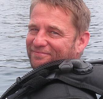 Forskerne har dykket for å kartlegge livet på havbunnen. Her er Jason Hall-Spencer på vei ut med båt. (Foto: Privat)