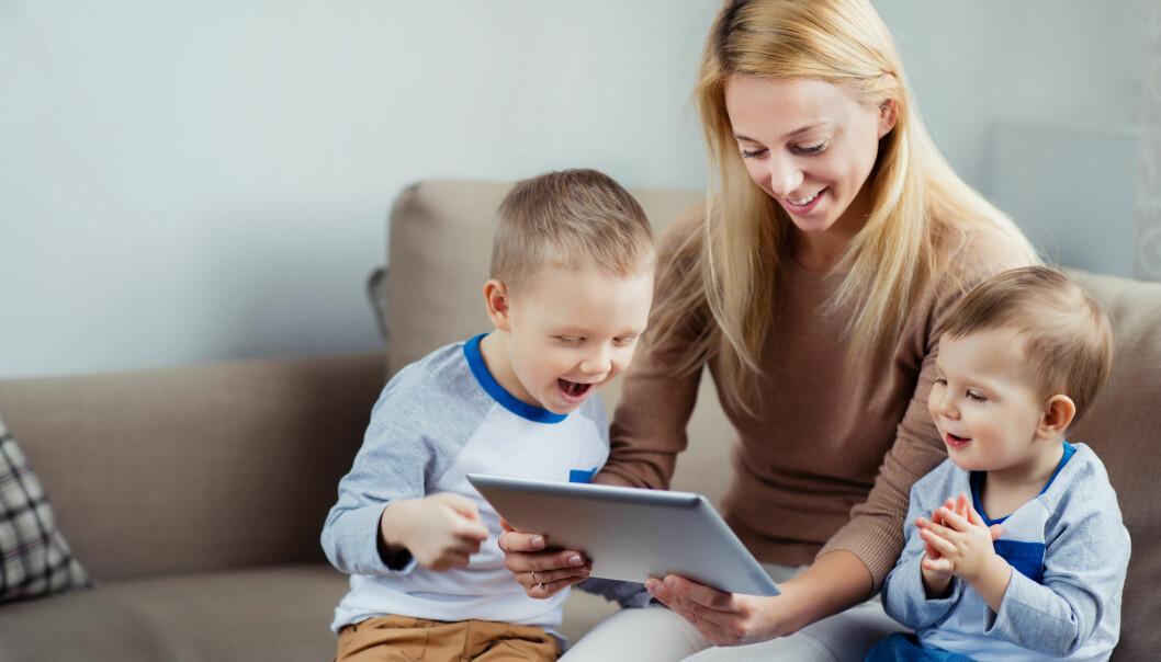Ny studie fra NTNU tyder på at spill på nettbrett kan være gunstig for samspillet mellom foreldre og små barn, dersom de spiller det sammen. (Foto: Shutterstock)