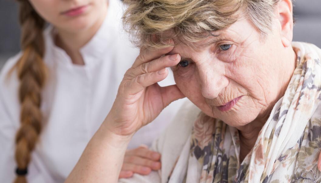 I en ny studie snakket sykepleiere og helsearbeidere på hjemmebesøk oftere om vanskelige temaer når de eldre uttrykket bekymringene sine direkte. Derfor er det viktig at helsearbeidere blir opplært til å følge opp hintene fra de eldre, mener forsker ved Høgskolen i Sørøst-Norge – HSN.  (Illustrasjonsfoto: Photographee.eu/Shutterstock/NTB scanpix)