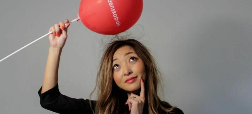 Spør en forsker: Hvorfor henger en ballong fast i taket når man gnikker den mot håret?